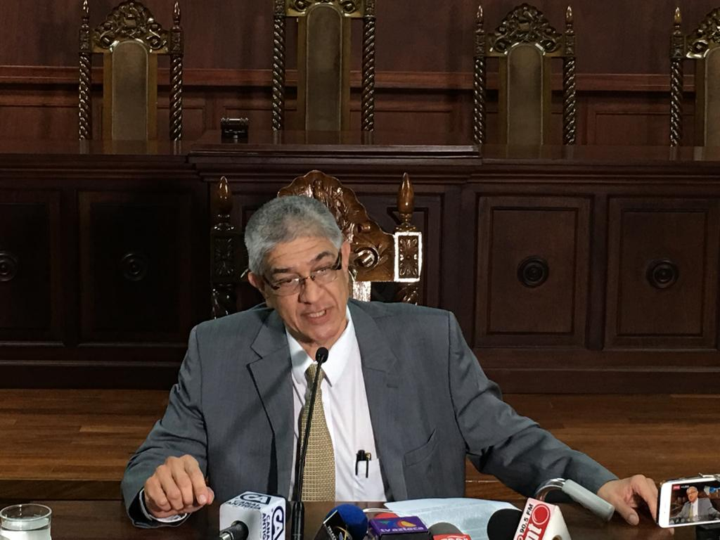 Martín Guzmán, secretario de la CC, lee la resolución de los magistrados.