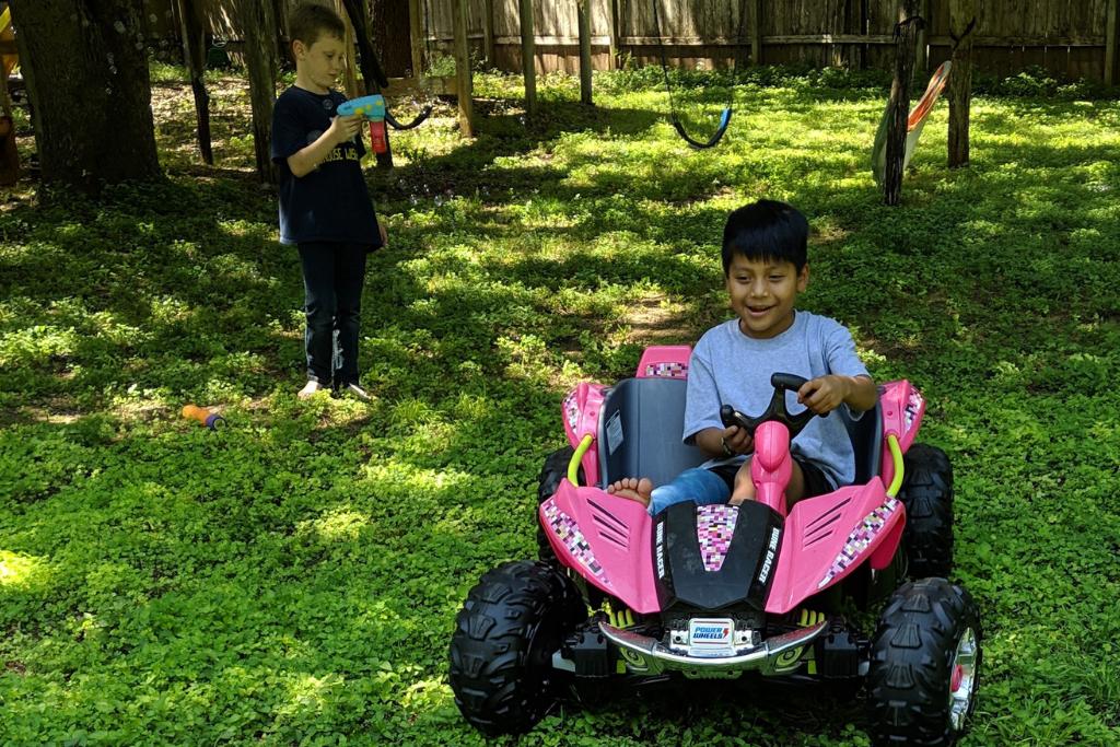Byron Xol se adapta a la vida con la familia adoptiva en Texas.