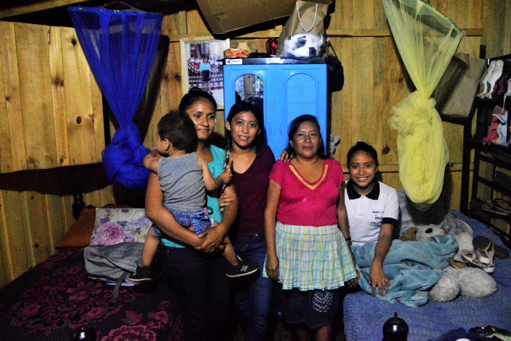Marlin Lucila López vive junto a seis miembros de su familia en una de las casas de madera en la Finca La Industria de Escuintla tras salvarse de la erupción en San Miguel Los Lotes. Foto: Asier Vera