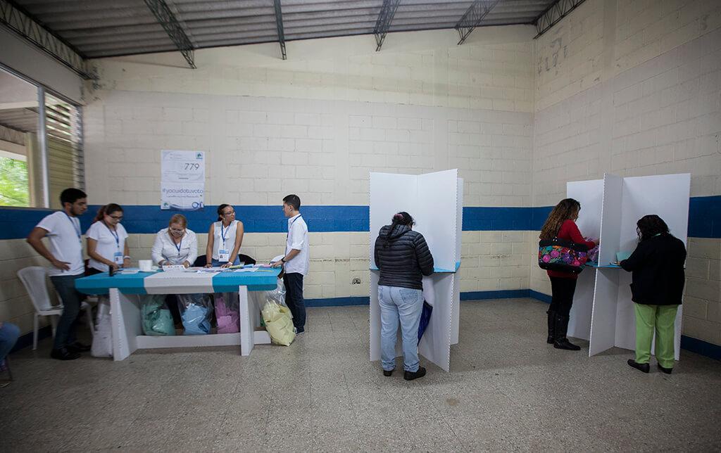 Momento en que votó Kimberly. Foto: Sandra Sebastián