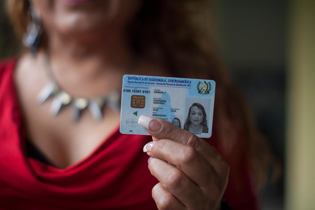 Kimberly muestra el DPI donde se le reconoce su identidad de género. Foto: Sandra Sebastián