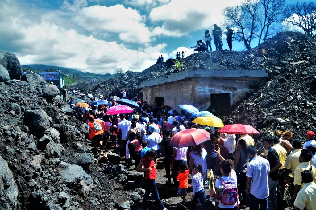 El 3 de junio, cientos de personas acudieron a San Miguel Los Lotes para recordar a las cientos de personas fallecidas y desaparecidas hace un año en la erupción del Volcán de Fuego. Foto: Asier Vera