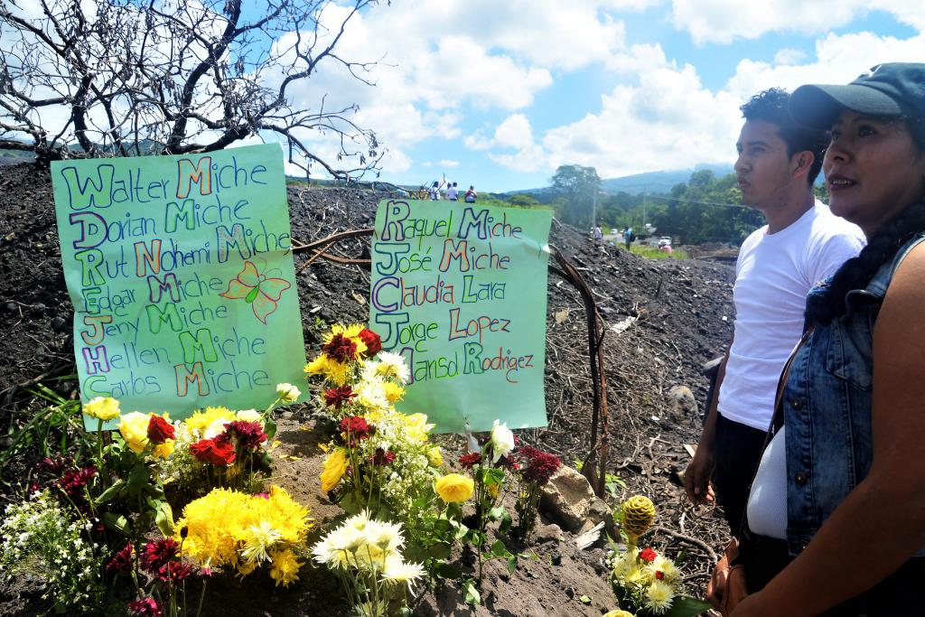 Familiares colocaron dos carteles con los nombres de las 13 personas que fallecieron en una de las viviendas de San Miguel Los Lotes enterrada por la erupción del Volcán de Fuego. Foto: Asier Vera