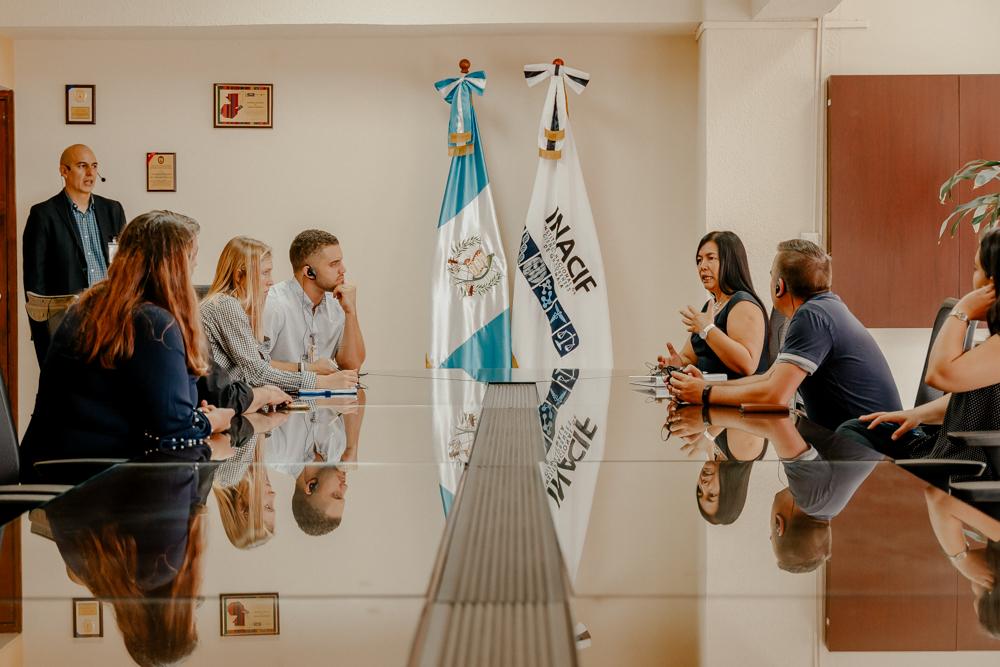 Austin, Erica y representantes de Misión Internacional de Justicia en el INACIF.