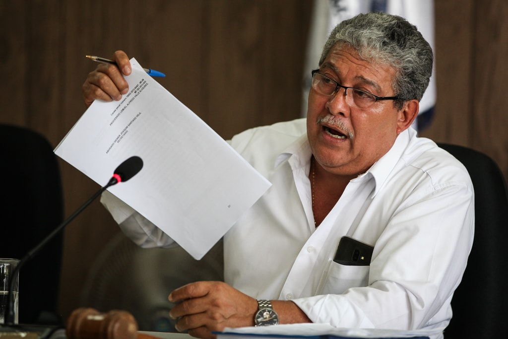 El juez Felicito Mazariegos hace lectura de la sentencia en el tribunal de Izabal.
