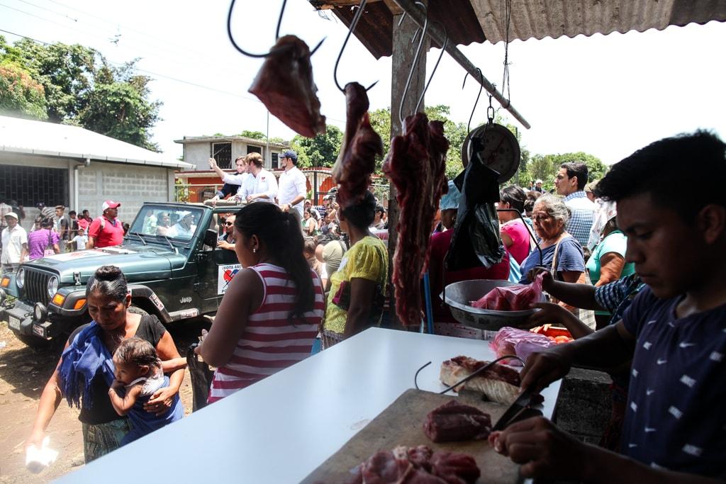 """La cotidianidad se interrumpe con la llegada de """"una persona importante"""" en aldeas como esta. Roberto Arzú hizo uno de sus últimos mítines en San Andrés Villa Seca."""