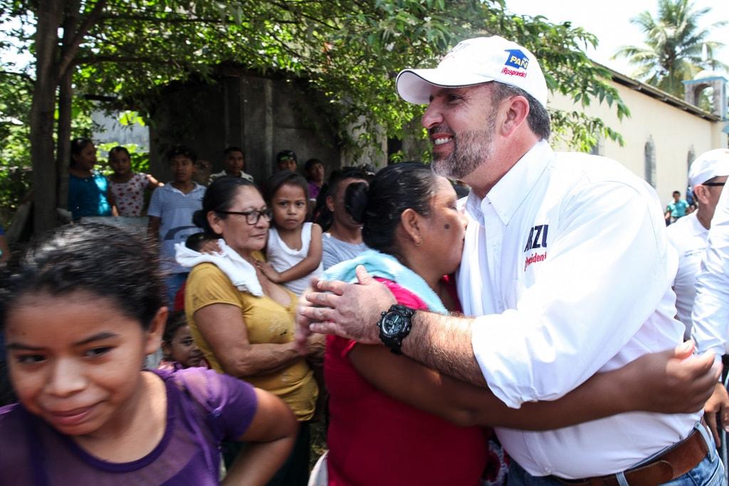 Roberto Arzú intentó conectar con los pobladores que se acercaron, curiosos, a escuchar sus promesas.