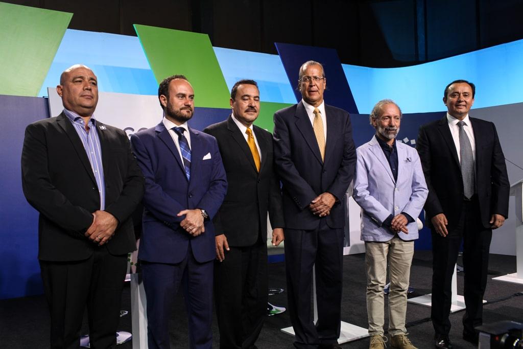González y el resto de candidatos a la alcaldía durante un foro. Foto: Carlos Sebastián