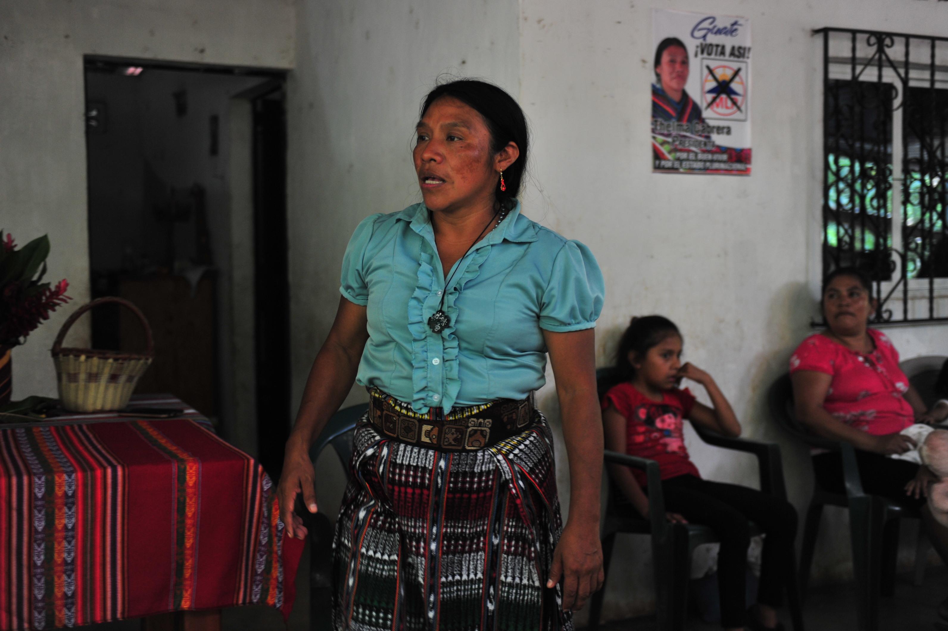 Thelma Cabrera atienda a familiares, vecinos y amigos que la felicitan por su histórica participacion. Foto: Hugo Navarro