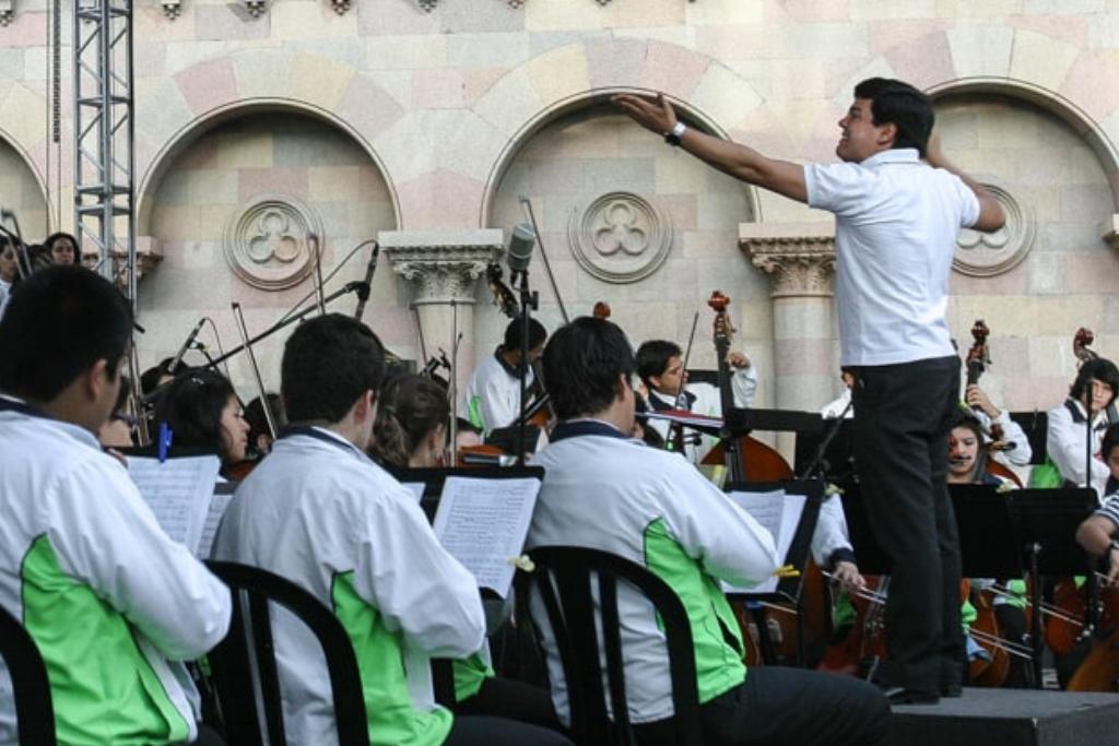 Bruno Campo dirige la Orquesta Sinfónica Juvenil Municipal, en 2011. Foto: Carlos Sebastián