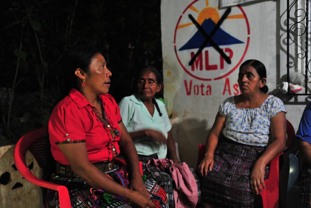 Thelma Cabrera atiende a familiares, vecinos y amigos que la felicitan por su histórica participacion. Foto: Hugo Navarro