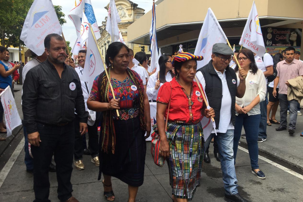 Thelma Cabrera camina por el Paseo de la Sexta el sábado pasado durante el cierre de campaña en la Plaza de la Constitución. Foto: Jody García
