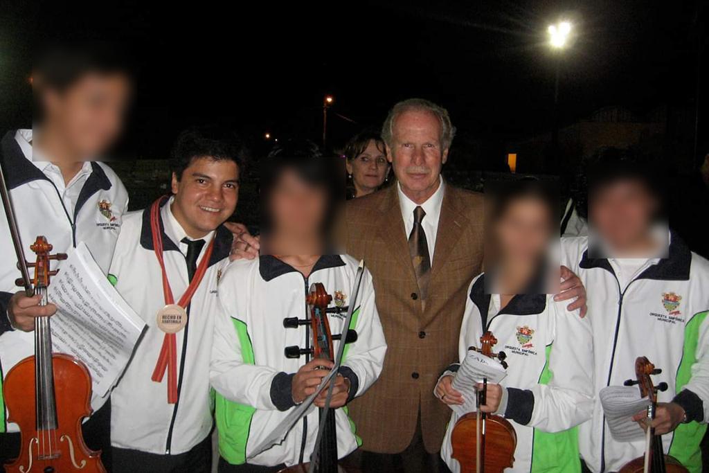 Bruno Campo y el alcalde Alvaro Arzú, junto a miembros de la orquesta municipal. Foto de 2012.