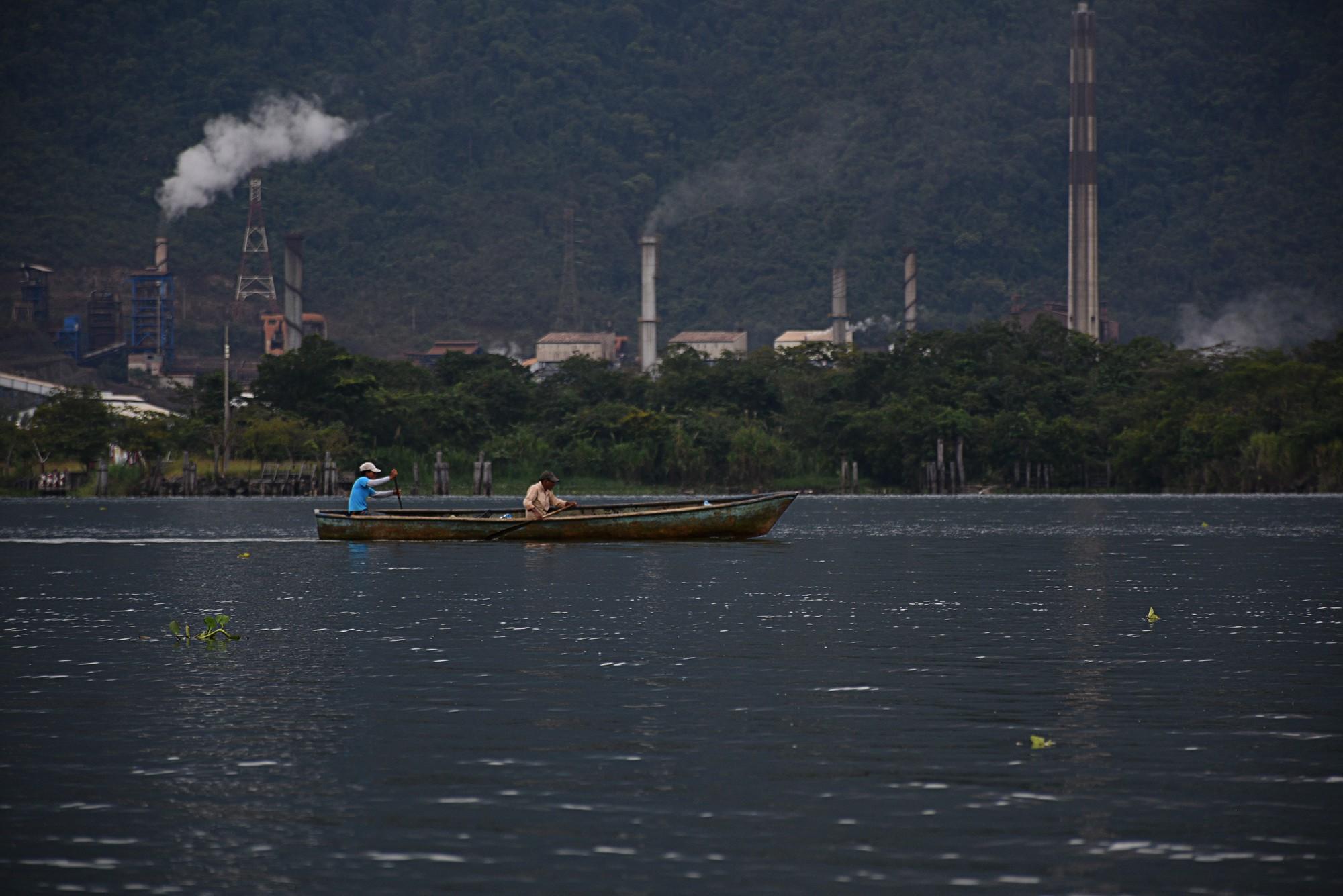 Pescadores en el Lago de Izabal frente a la planta procesadora de níquel de la empresa ruso suiza Solway en El Estor Izabal. Foto: Nelton Rivera.