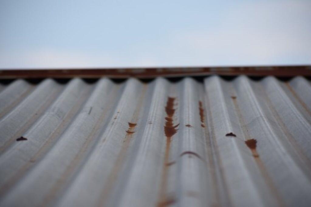 Deteriorio de los techos de lámina por la constante lluvia de particulas expulsadas de la planta procesadora de níquel. Foto: Nelton Rivera