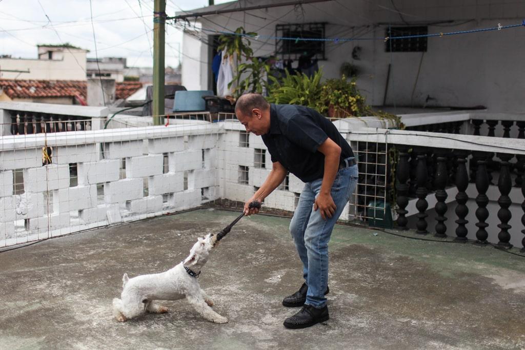 Aldo Dávila y su perro Valentino. Foto: Carlos Sebastián