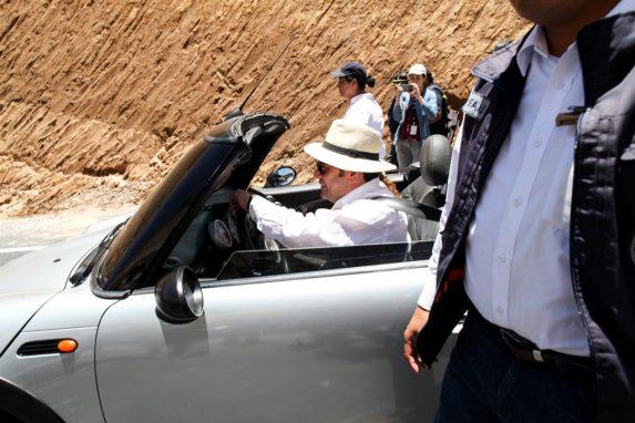 Jimmy Morales conduce un automóvil compacto para supervisar el proyecto de libramiento de Chimaltenango.