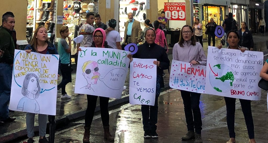 Artistas manifiestan cerca de la Escuela Municipal de Música en contra de los abusos de Bruno Campo. Foto: Pia Flores