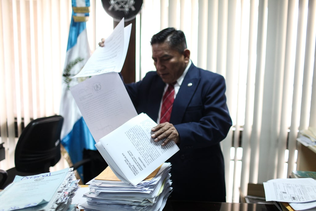El juez Xitumul muestra parte de las denuncias que ha acumulado en su contra.