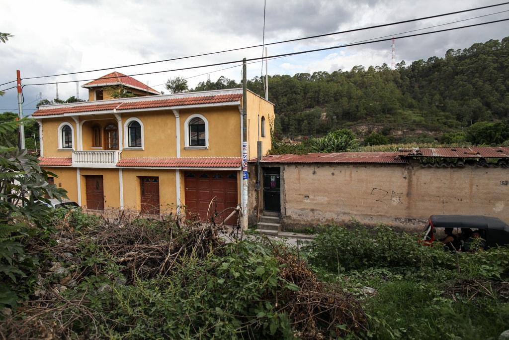 La arquitectura del lugar ha cambiado con las construcciones hechas con las remesas. Foto: Carlos Sebastián