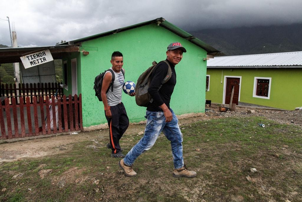 Mario y Pedro dicen que a través de las redes sociales admiran la calidad de vida de sus amistades en EEUU y los motiva a migrar. Foto: Carlos Sebastián