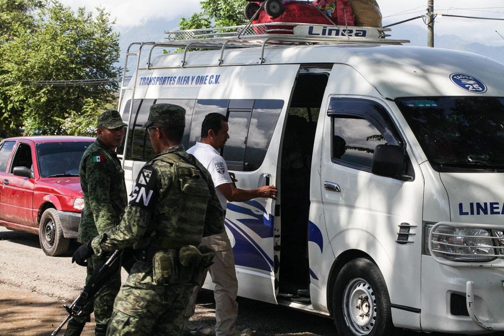 La Guardia Nacional de México revisa los autobuses que transitan por la frontera.