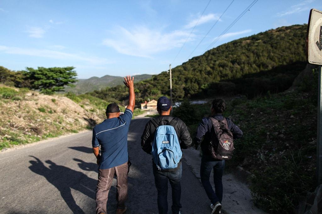 XXXX y sus hijos cruzan la localidad del Carmen Xhan, situado en La Trinitaria, Chiapas. Dejan atrás su aldea, Gracias a Dios, en Nentón.