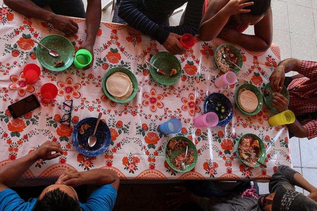 En un comedor coinciden los centroamericanos y cuentan sus historias de por qué huyen de sus países.