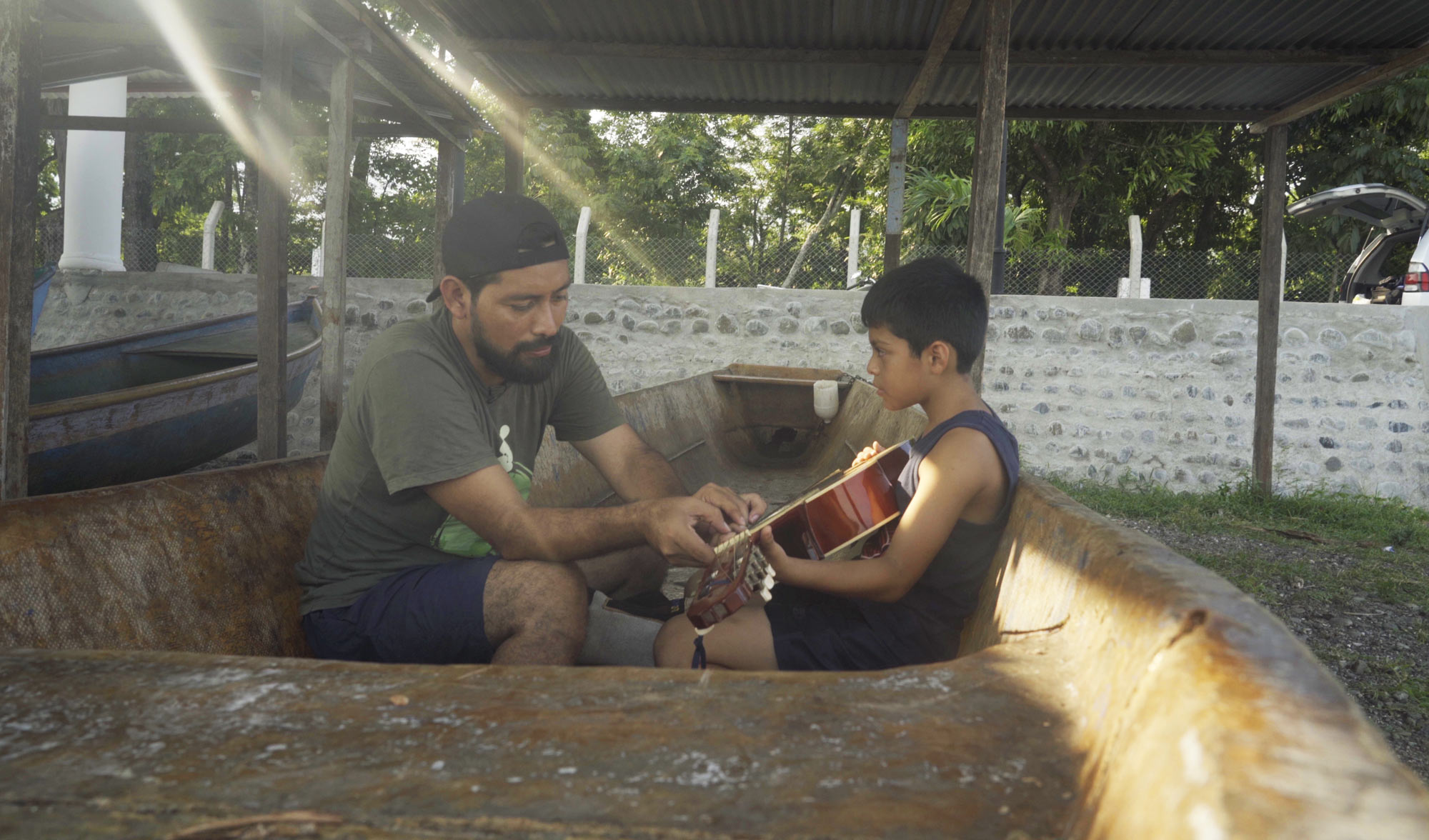 Carlos Choc y su hijo, Ezequiel, tocando la guitarra – 11 de mayo de 2019.