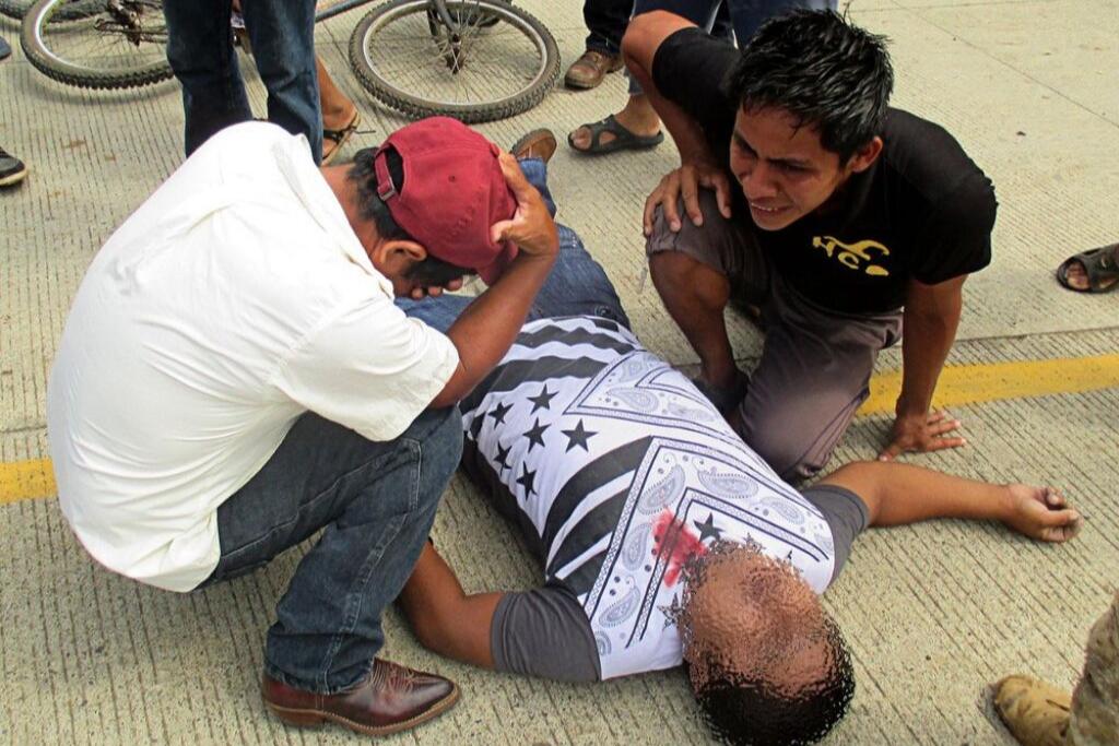 Carlos Maaz yace tendido, su padre y su hermano lloran a su lado. Foto: Sandra Cuffe