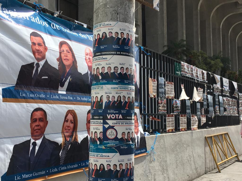Propaganda de planillas para las elecciones en el Colegio de Abogados y Notarios de Guatemala (CANG).