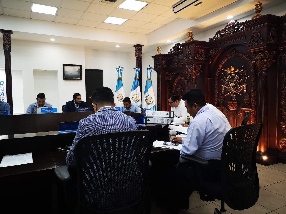 Reunión del Concejo de Mixco, presidido por Neto Bran.