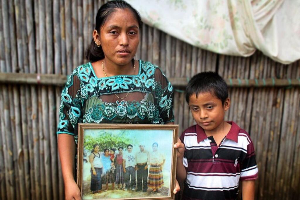 Cristina Xol esposa de Carlos Maaz y su único hijo Abner.