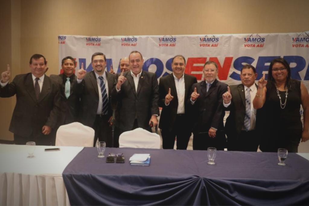 Al lado derecho de Alejandro Giammattei posa para la fotografía Alberto Pimentel Mata, posible ministro de Energía y Minas si el partido Vamos llega al poder. Foto: Facebook