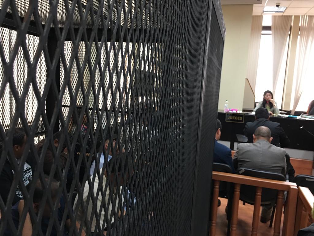 Los acusados escuchan los motivos de su detención en presencia de la jueza Éricka Aifán. Foto: Carlos Sebastián
