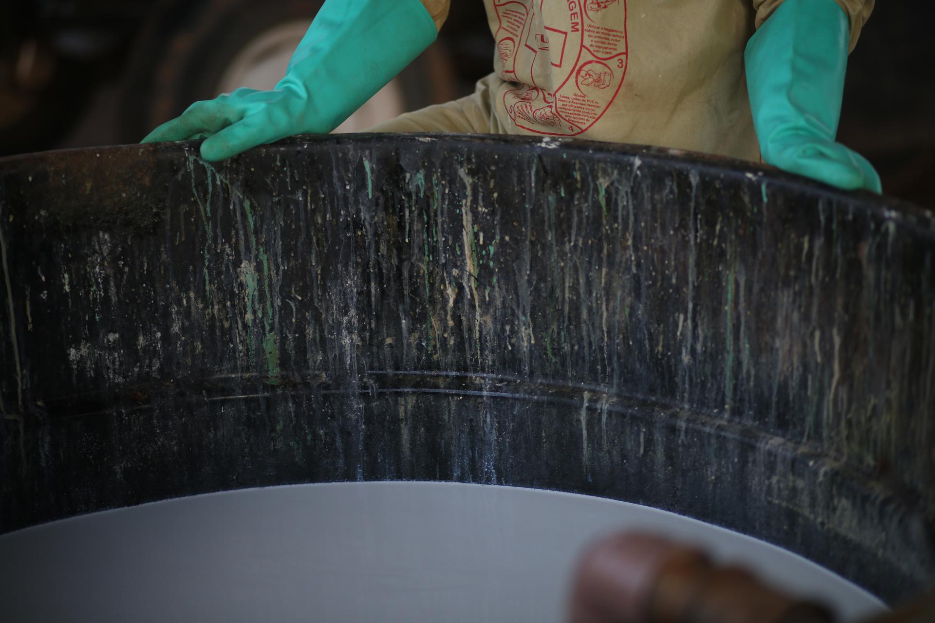 Trabajador mezcla agrotóxicos sin usar máscara, al norte de Mato Grosso. Una ex coordinadora dice que ellos no saben de los riesgos que corren.