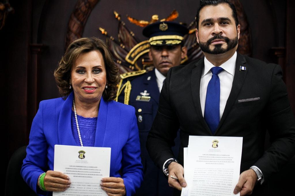 Sandra Torres y Neto Bran firman el convenio. Foto: Carlos Sebastián