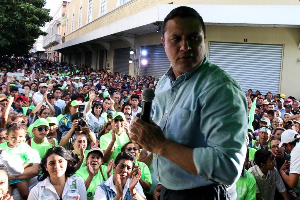 Carlos Raúl Morales en una caminata en el Paseo de la Sexta.