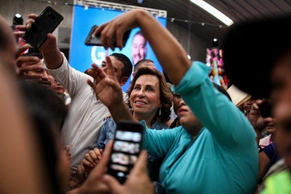 Sandra Torres convive con las asistentes después de una actividad en Villa Nueva.