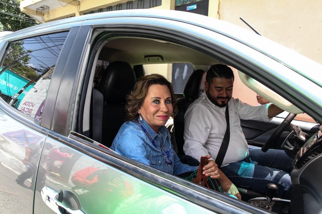Torres sale de Villa Nueva con el candidato electo de ese municipio. Foto: Carlos Sebastián