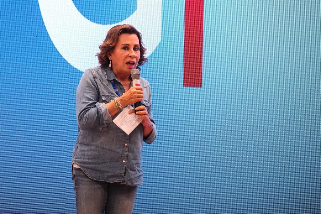 Sandra Torres anota siempre en un papel parte de su discurso. Esta vez, fue para atacar a la diversidad sexual. Foto: Carlos Sebastián