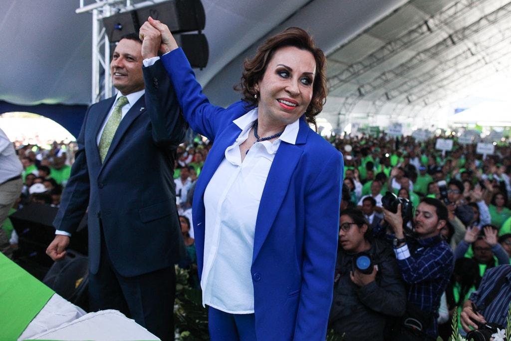 Carlos Raúl Morales y Sandra Torres, tomados de la mano, el día de su proclamación.