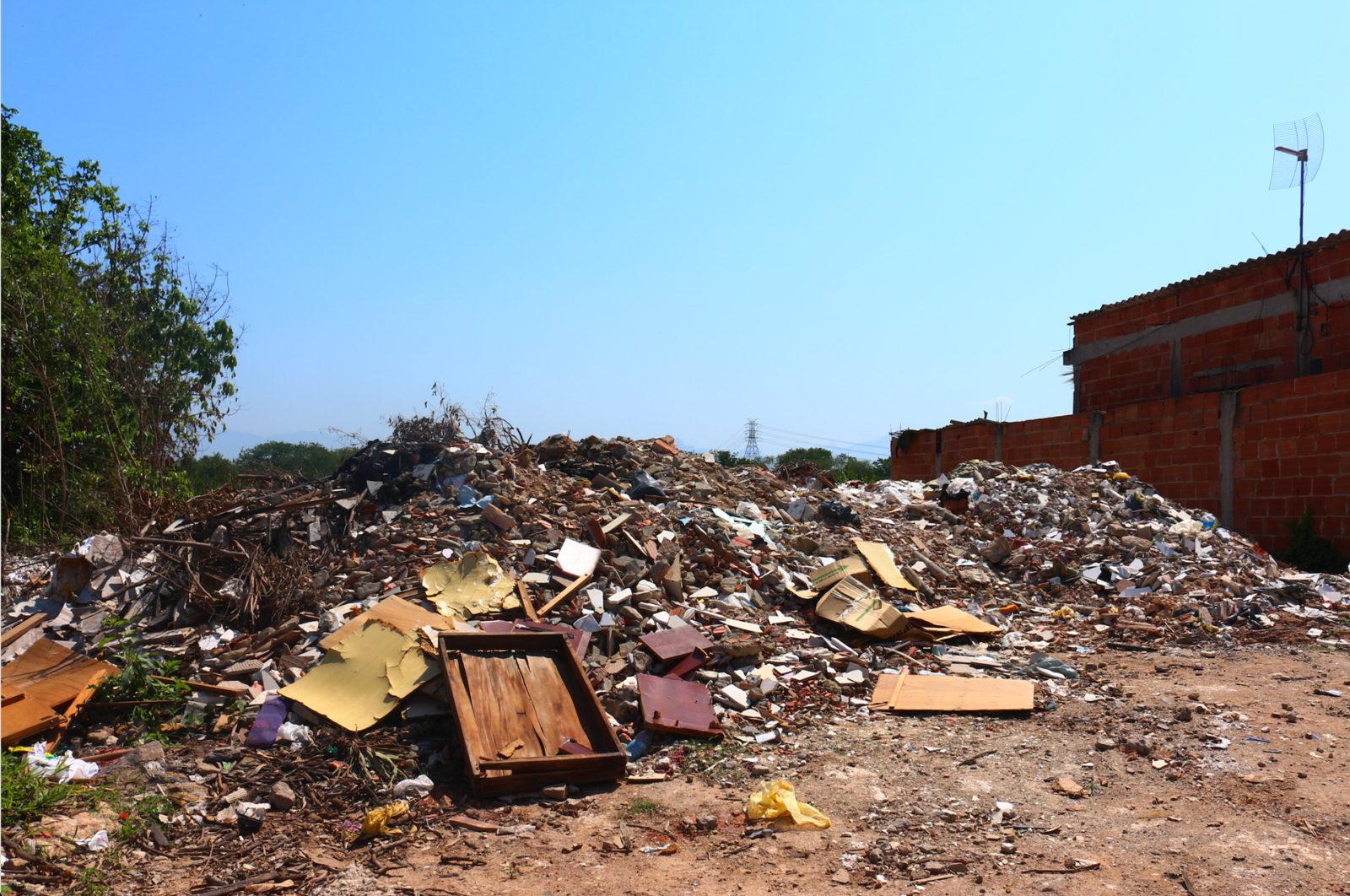 Escombros despejados por camiones para aplanar terrenos y construir bases para nuevas casas. Fotos enviadas como pruebas para la investigación de la Policía. Foto: Comdema