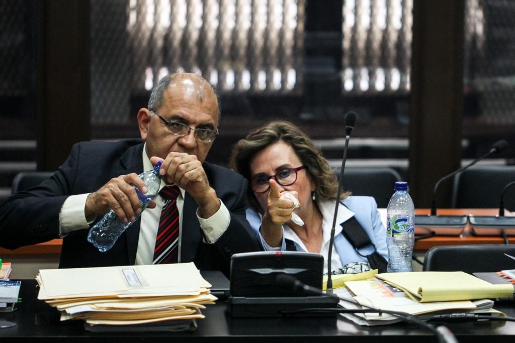 Sandra Torres junto a su abogado Eduardo Velásquez.