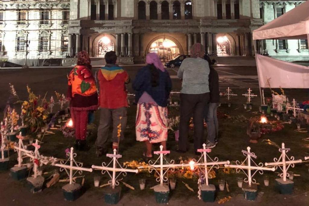 Asi lucían las cruces que conformaban el altar en honor a las niñas del hogar seguro.
