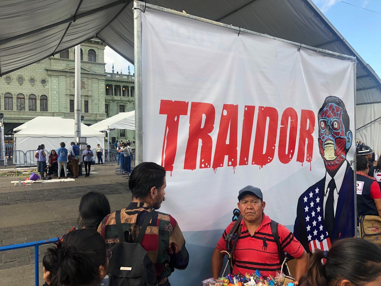 Un cartel cuestionando al gobierno de Jimmy Morales fue colocado cerca del lugar del acto oficial.