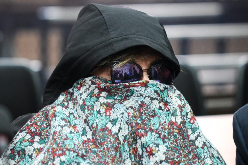 Capucha, lentes de sol y una manta uso Sandra Torres para cubrirse el rostro.