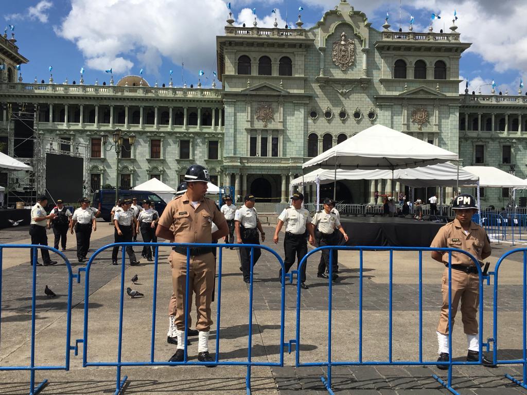 La Presidencia mandó a cercar el área donde se llevará el acto de entrega del Palacio y para evitar protestas por el retiro del altar a las niñas.