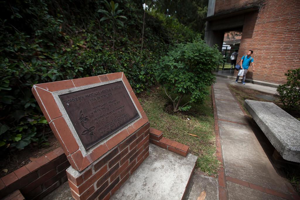 Placa conmemorativa por la muerte de los tres estudiantes de la UVG. Foto: Carlos Sebastián