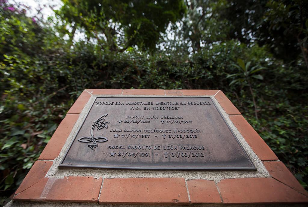 Detalle de la placa en honor a los tres estudiantes de la UVG muertos en la mina de Izabal. Foto: Carlos Sebastián